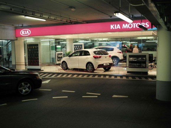 Kia eröffnet Showroom in Shopping-Mall