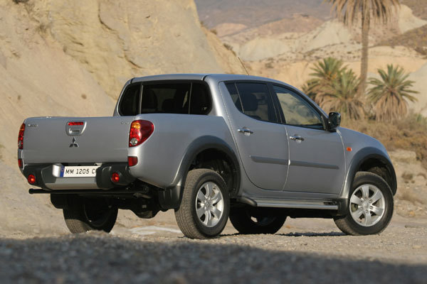 Mitsubishi pajero pick up double cab hinten