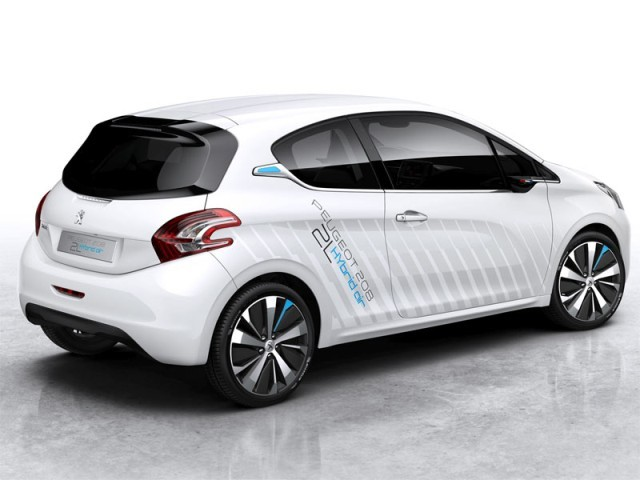 Peugeot zeigt 208 hybrid air 2l paris 002