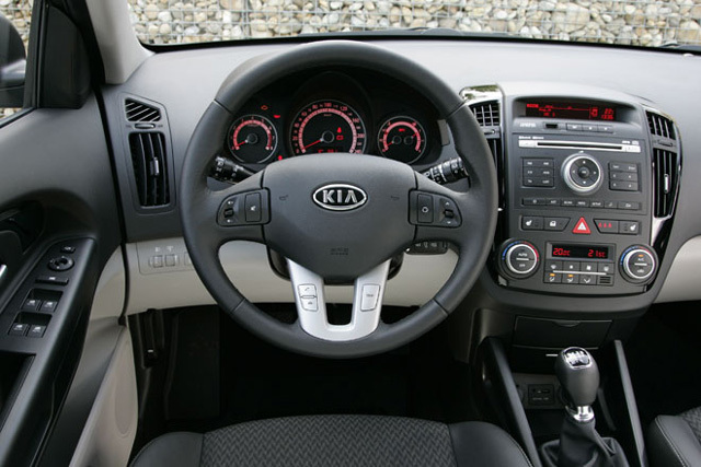 Kia ceed 2010 test cockpit