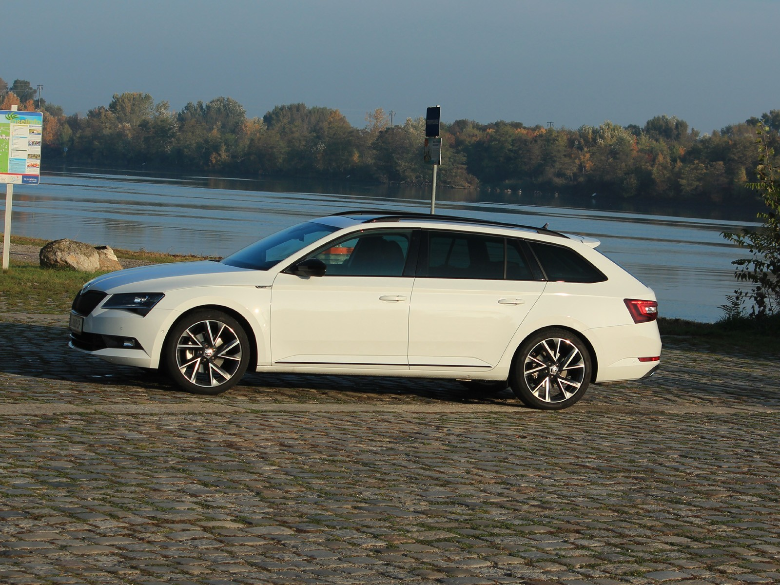 foto skoda superb combi sportline 220 ps tsi testbericht vom artikel skoda superb combi. Black Bedroom Furniture Sets. Home Design Ideas