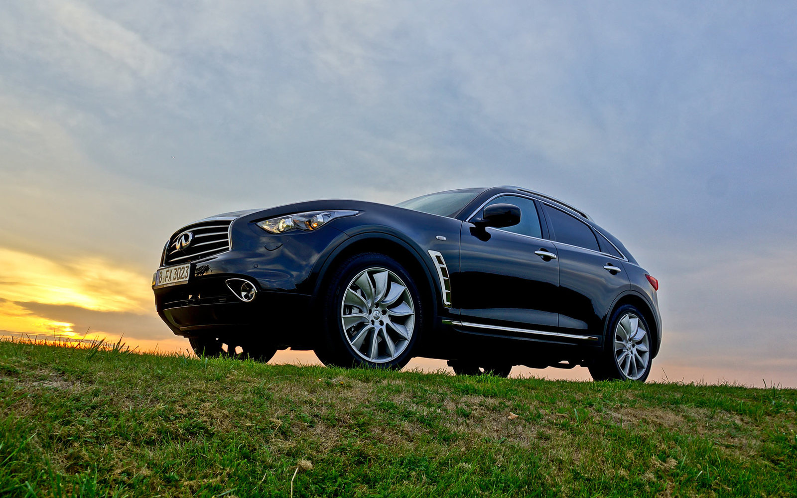 Infiniti FX 30d S Black & White Edition
