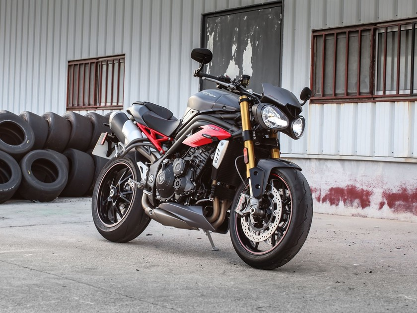 Triumph praesentiert speed triple s speed triple r 001